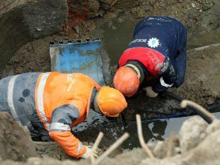 В пятницу, 5-го июля , засорилась канализационная труба , отводящая стоки от пятиэтажного здания ЦГБ г.Дербент.